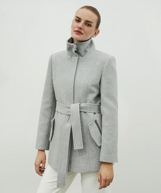Palton scurt gri, cu cordon în talie pentru ținute casual elegante.